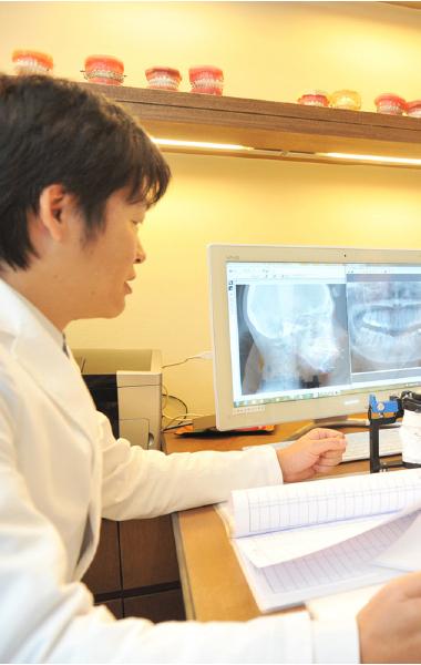 当院では矯正歯科専門の歯科医師が3名在籍していますので、良い意味でお互いに緊張感を持つことができています。