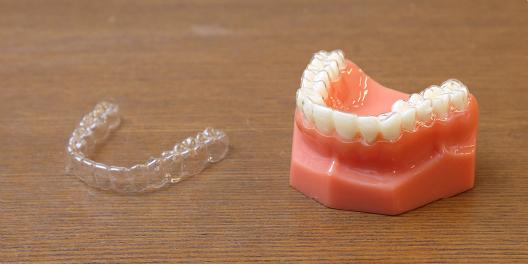 マウスピース型カスタムメイド矯正歯科装置について